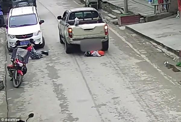 Cậu bé bị chui xuống gầm xe.