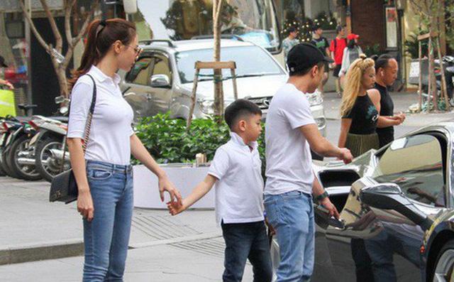 Đàm Thu Trang liên tục bị bắt gặp dắt tay Subeo đi chơi riêng hay đi cùng Cường Đô La, điều mà Hạ Vi chưa từng làm.