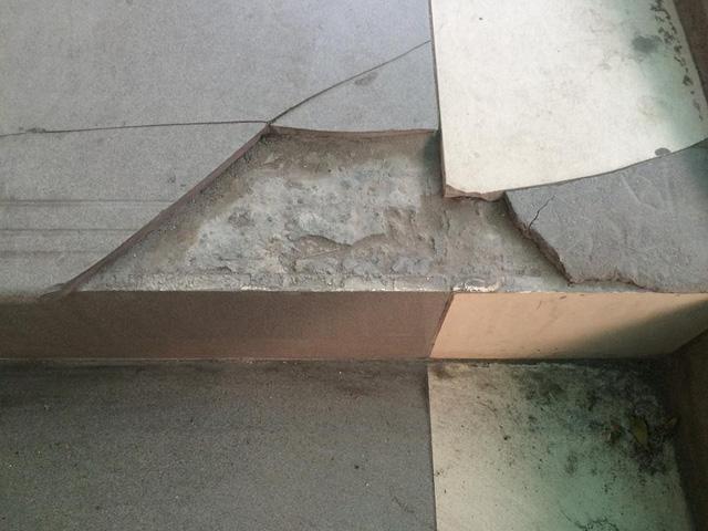 Gạch lát bậc cầu thang vỡ, bong tróc (Ảnh chụp 9/3/2018)