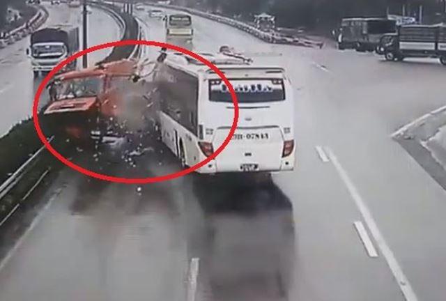 Hiện trường vụ tai nạn xe khách đâm xe cứu hỏa trên cao tốc Pháp Vân- Cầu Giẽ. Ảnh cắt từ clip