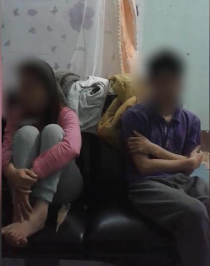 Người vợ bị bắt quả tang ngoại tình với chàng trai trẻ. (Ảnh cắt từ clip)