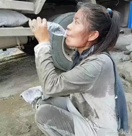 Cô gái 27 tuổi mỗi ngày vác 20 tấn xi măng và câu chuyện cay đắng đằng sau khiến ai cũng mủi lòng
