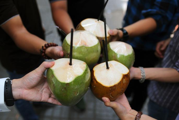 Bạn trẻ Sài Gòn háo hức với máy bán dừa tự động độc đáo nhất Việt Nam