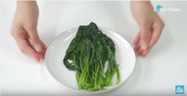Với cách luộc rau này bạn sẽ giữ lại được nhiều nhất các dưỡng chất có trong rau, lại tiết kiệm thời gian.