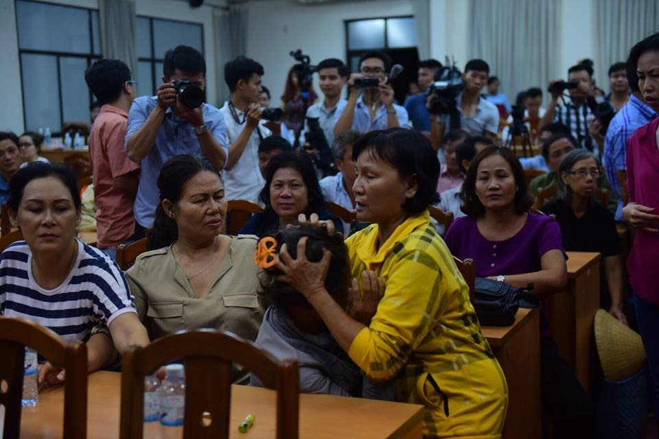 Người dân Thủ Thiêm bật khóc, ngất xỉu ngay tại hội trường tiếp xúc cử tri của đại biểu Quốc hội