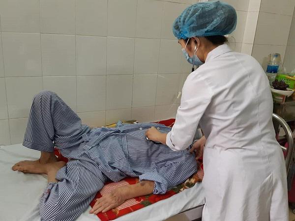 BS Dung đang khám cho một bệnh nhân mắc lao hô hấp.
