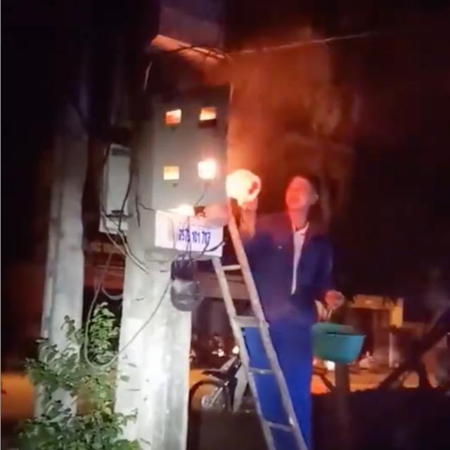 Xôn xao clip anh thợ điện cầm gáo dội nước vào hộp điện đang cháy để dập lửa