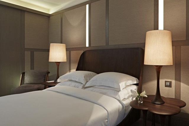 Nếu đã đặt tủ đầu giường, nhất định phải đặt 2 cái có thiết kế, màu sắc giống nhau. (Ảnh: Internet)