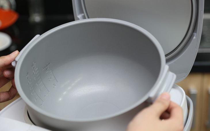 Vo gạo trực tiếp bằng ruột nồi cơm điện – sai lầm nhiều người mắc phải mà không hay