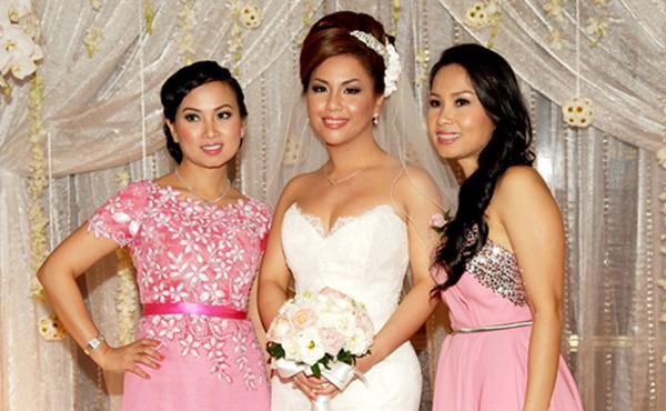 Cẩm Ly có 2 cô em gái cũng rất nổi tiếng là: Minh Tuyết và Hà Phương.