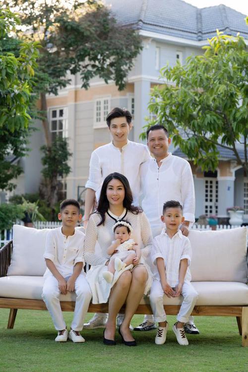 Điều ít biết về Hoa hậu Việt Nam từng nghèo phải tắm chung với lợn