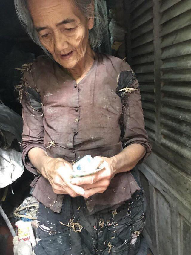 Sự thật câu chuyện 'bà cụ sống trong vườn nhà hàng xóm, quần áo rách phải vá bằng rơm rạ' đang lan truyền