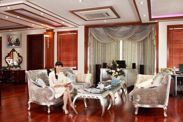 Trang Nhung trong căn phòng khách xa hoa của ngôi nhà trị giá trăm tỷ.