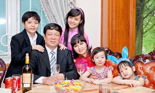 Sau hơn 20 năm chung sống, vợ chồng nữ ca sĩ Trang Nhung có với nhau bốn người con. Theo chia sẻ của doanh nhân Ngô Nhật Phương, các con anh đều có khiếu trong lĩnh vực nghệ thuật.