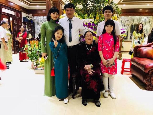 Trang Nhung hạnh phúc bên gia đình.