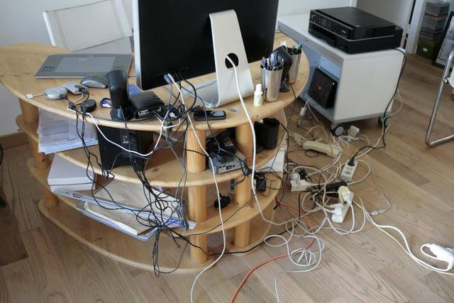 Vài mẹo đơn giản tinh tế giúp giấu hết đám dây điện rối tung vừa nguy hiểm vừa khiến nhà bạn kém sang