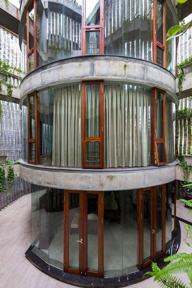 Khối nhà ở hình trụ với tường kính.