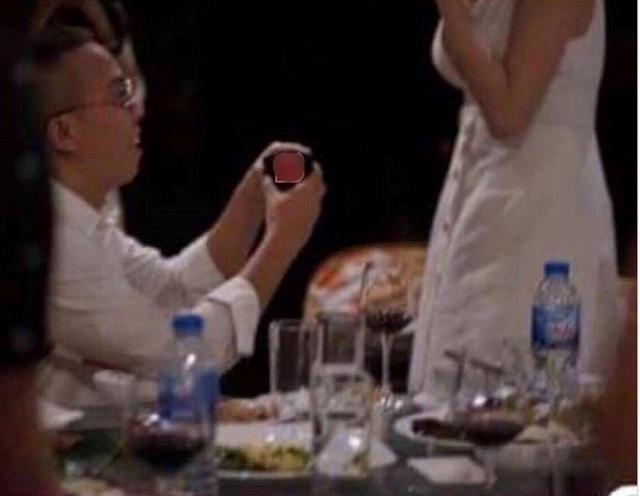 Người đàn ông bị tung ảnh quỳ gối cầu hôn Tóc Tiên là ai?