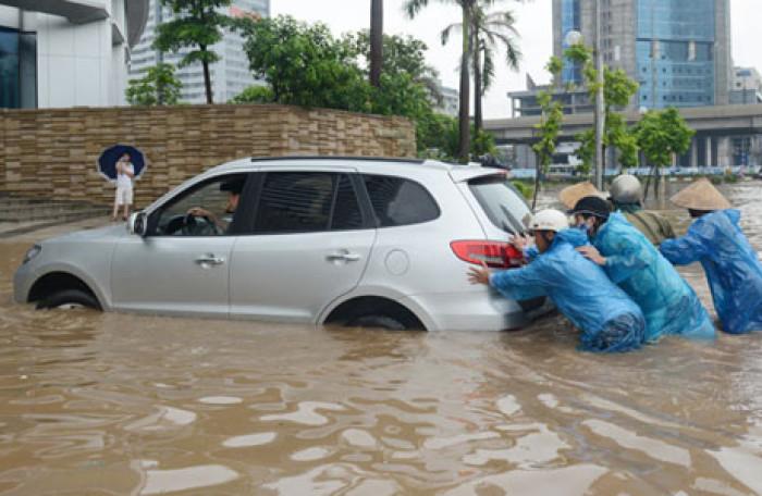 Những lưu ý khi ô tô đi qua đoạn đường ngập nước và cách xử lý khi bị thủy kích