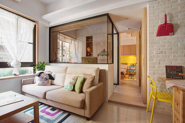 Căn phòng khách trở nên xinh xắn hơn nhờ chọn lựa ghé sofa cùng tông với màu gỗ trên tường.