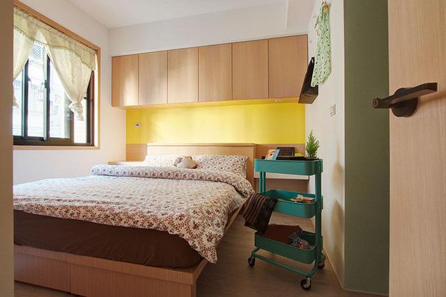Phòng ngủ bên cạnh được bố trí với một chút khác biệt từ màu sắc rực rỡ, bắt mắt từ tủ đựng đồ giúp không gian nghỉ ngơi vốn hẹp trở nên cuốn hút và bắt mắt hơn.