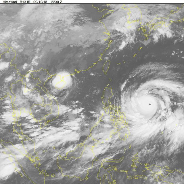 Ảnh vệ tinh 2 cơn bão đang nối đuôi vào biển Đông. Ảnh: NCHMF
