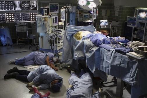 Hàng loạt bác sỹ, y tá ngất xỉu trước cái chết bí ẩn của người phụ nữ