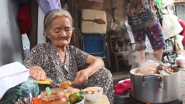 Mê mẩn tô phá lấu 20k ngon bá cháy của bà ngoại 82 tuổi ở Sài Gòn