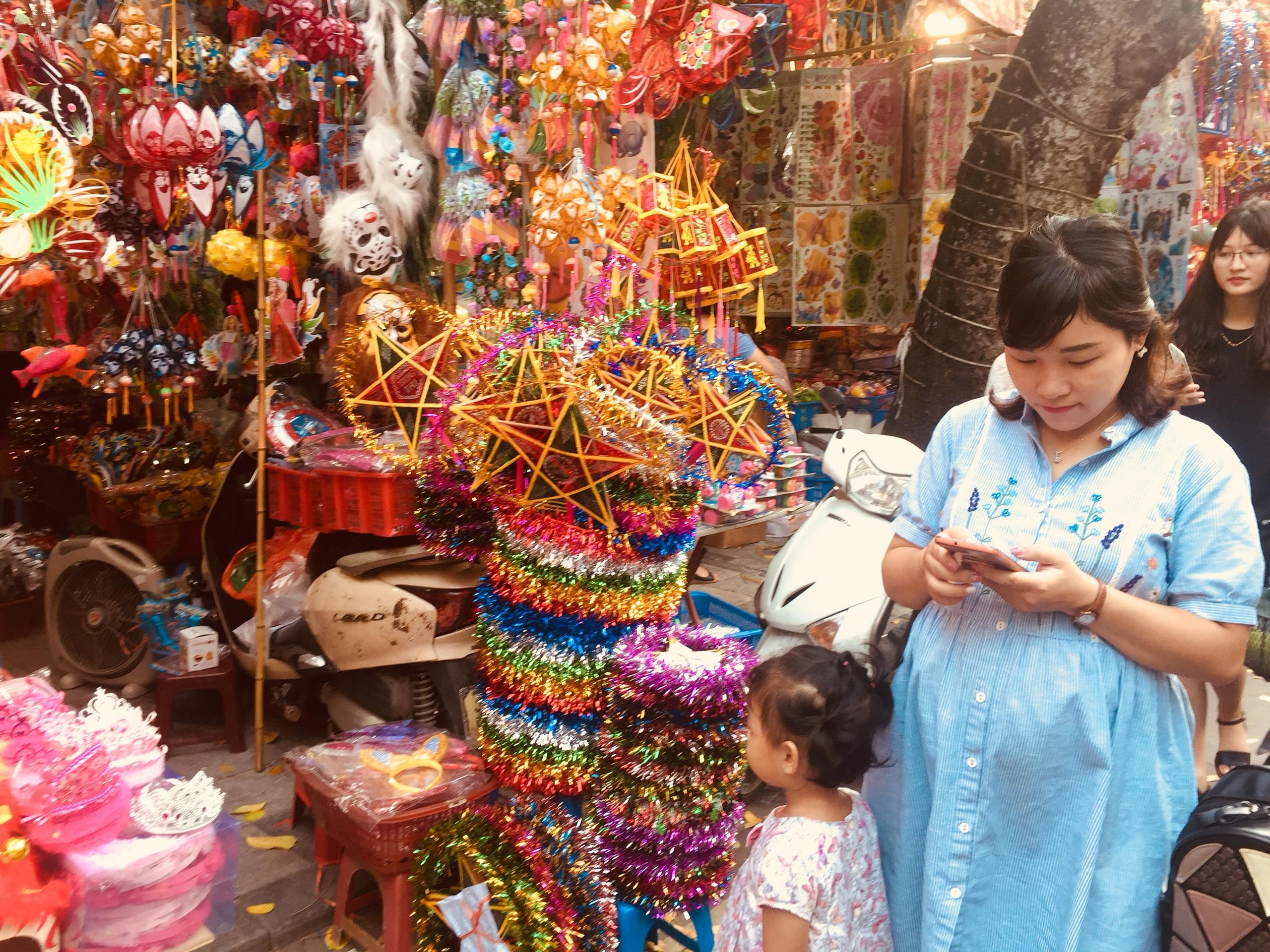 Tết Trung thu: Đồ chơi 'madein Viet Nam' vẫn chiếm ưu thế và ngập tràn phố Hàng Mã
