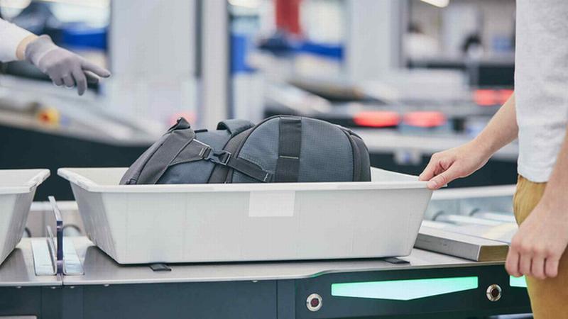 Các chuyên gia Phần Lan cho biết, tuy vật dụng này được đánh giá là bẩn nhất, chứa nhiều vi khuẩn, virus nguy hiểm cho sức khỏe con người nhưng ai cũng phải chạm vào khi đến sân bay.