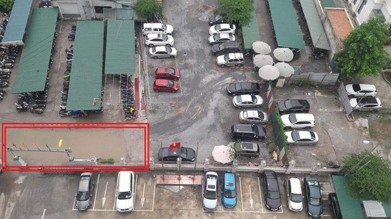 Do không có hạ tầng, mỗi khi mưa xuống thì cổng của 3 đơn vị thuộc Bộ Y tế thành hố chứa nước mưa khổng lồ.