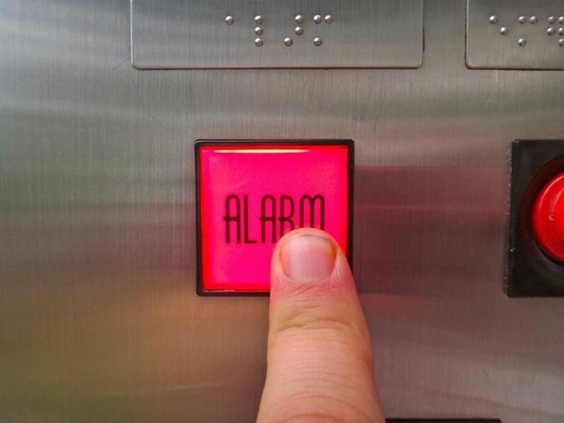 Làm cách nào để thoát khỏi một chiếc thang máy bị mắc kẹt?