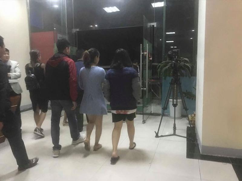 Nữ sinh V.A (áo khoác xanh) bị đưa về trụ sở công an làm việc - Ảnh: Facebook