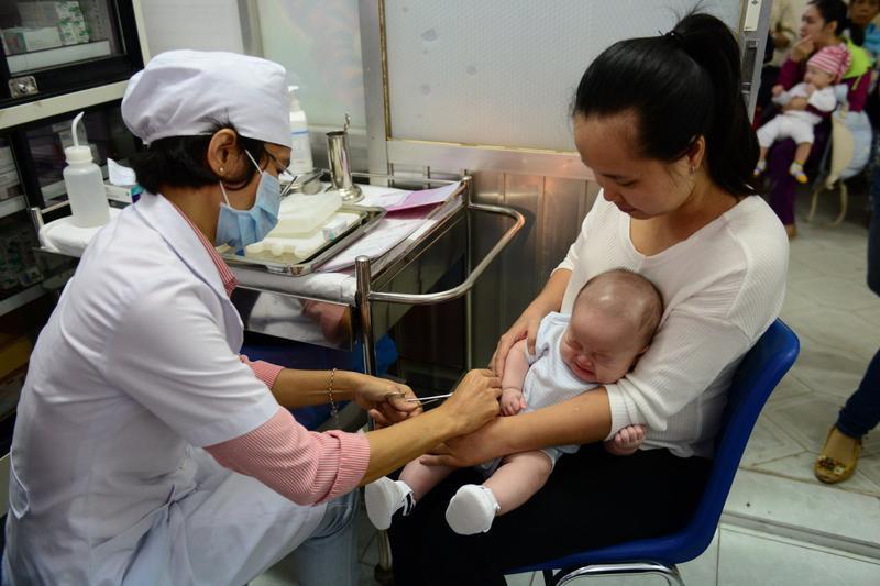 Sử dụng vắc xin hết hạn bị phạt tiền từ 30 - 40 triệu đồng