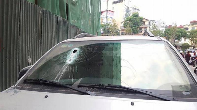 Hình ảnh thanh sắt rơi trúng xe ô tô 7 chỗ đỗ ven đường khiến thủng 1 lỗ ở ghế phụ.
