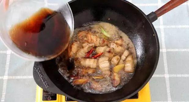 khong-can-nuoc-mau-thit-heo-kho-lam-theo-cong-thuc-nay-vua-dam-da-la-mieng-lai-ong-a-dep-mat
