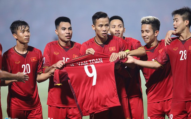 Đồng đội cầm áo tôn vinh Văn Toàn.