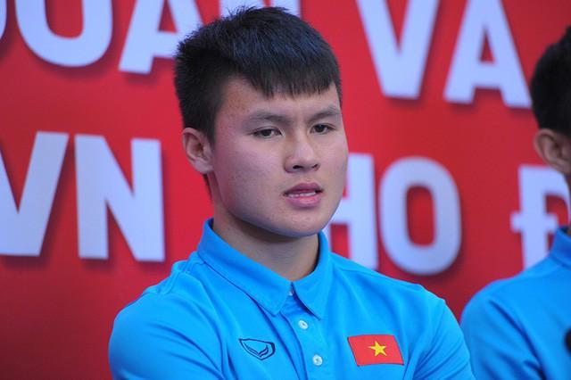 Mạng xã hội khen ngợi hành động của Quang Hải.