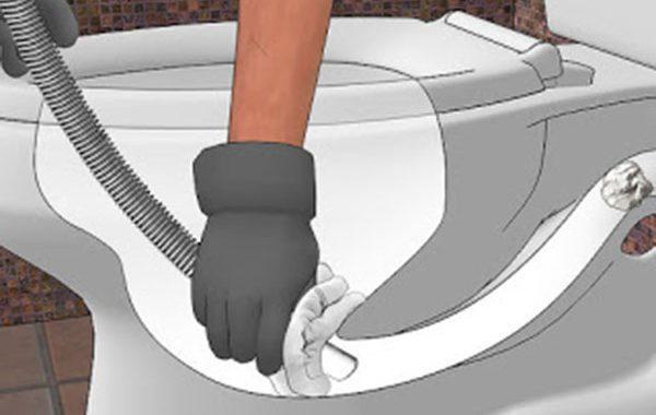 Sau đó, bạn dùng tay giữ ống hút và khăn đã được che kín miệng bể phốt, tay kia bật máy hút bụi lên, ngay lập tức, vật cản bên trong sẽ bị hút ra ngoài. Nếu vẫn chưa thành công, bạn có thể thực hiện thêm lần 2,3.