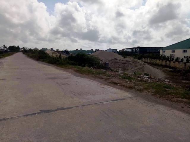 Khu vực này có nhiều ô tô con của các chủ tàu và chủ bãi cát đậu nên mọi người không để ý chiếc xe lạ.