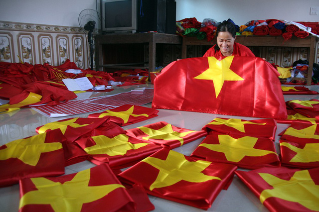 dai-cong-xuong-san-xuat-co-bang-ron-phuc-vu-nguoi-ham-mo-truoc-tran-ban-ket-chieu-nay