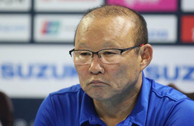 Thầy Park trả lời họp báo sau trận đấu trên sân của Philippines. Ảnh: VnExpress