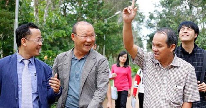 tra-luong-thay-park-800-trieu-thang-co-dong-vien-ru-nhau-mua-co-phieu-cho-bau-duc
